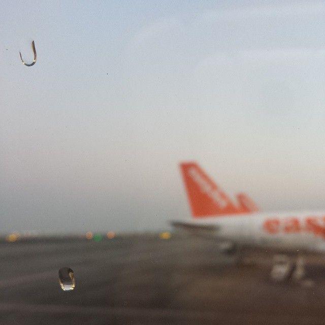 drops sky easyjet airplane airport