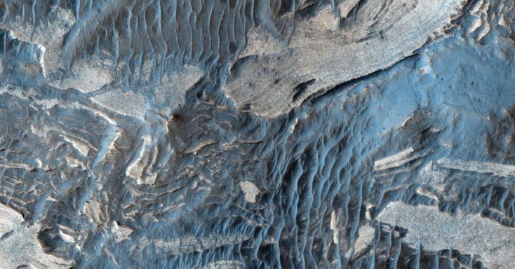 Imagem feita pela sonda Global Mars Surveyor mostra áreas mais claras e escuras na superfície de Marte. As áreas mais claras possuem um mineral chamado sulfato (ácido sulfúrico salgado) que na Terra forma-se tipicamente na presença de água