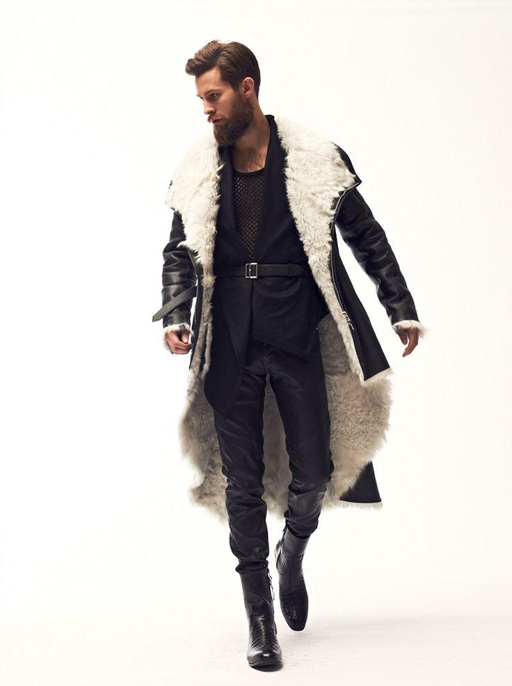 Un manteau, avec presque la même coupe qu'une cape, oversize en mouton retourné…
