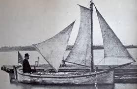Assis sur le pont, jambes dans l'étroit trou d'homme (40 cm X 60 sm) Gilboy organise sa vie à bord. Quand il se repose, il jette son ancre flottante du côté