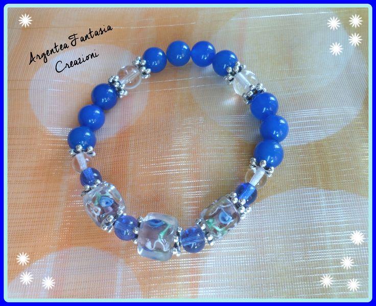 Bracciale con filo elastico, perle tonde in vetro, intercalari argentati e perle di vetro a cubo con decorazioni floreali.....( 7,00) Se t'interessa contattami.....https://www.facebook.com/argentea.fantasia