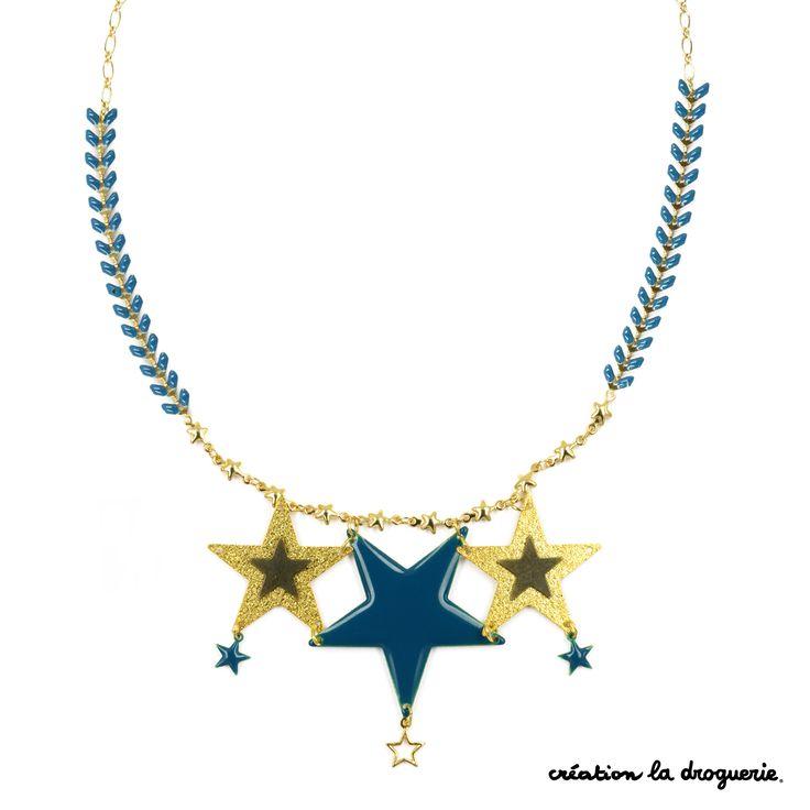 """Des étoiles plein les yeux... Découvrez le nouveau it bijou, les colliers """"Cosmique"""". On assemble des étoiles et des chaînes pour réaliser un joli collier. #ladroguerie #bijou"""