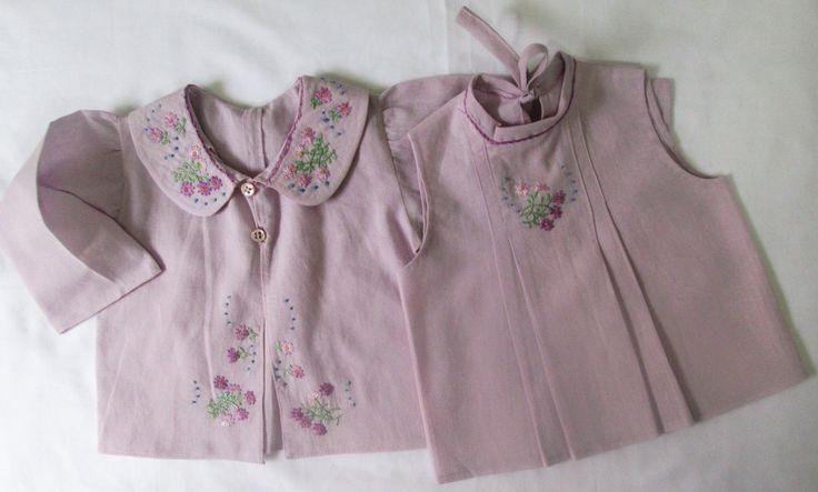 Conjunto 2 peças pagão em cambraia de algodão lilás bebê, com bordados a mão na frente da camisa, na gola, na frente da blusa sem mangas, e contornando o decote da blusa e gola da camisa. Blusa com preguinhas laterais,camisa com prega atrás fechado na frente com botão de madrepérola, e no decote da blusa contornado com viés do mesmo tecido, que continua para amarrar e dar laço nas costas. Tamanho 3 meses.  Esta e outra peças você encontra na minha loja virtual Mimos da Zelia, no Elo 7…