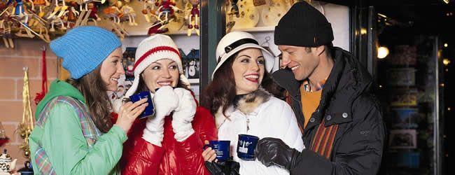 Glühwein für die kalte Jahreszeit - Glühwein ist wohl eines der beliebtesten Wintergetränke in Österreich. Der Duft von Rotwein gewürzt mit Nelken und Zimt stimmt einen auf die kalte Jahreszeit ein und sorgt auf den zahlreichen Christkindlmärkten für wohlige Wärme. Glühwein trinken am Christkindlmarkt in Innsbruck © Innsbruck Tourismus / Zimmermann