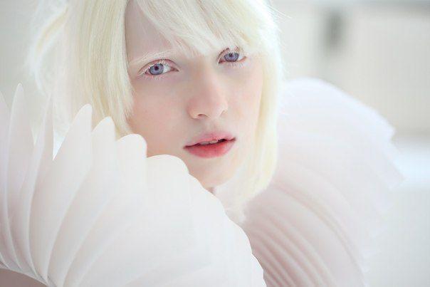 """A menina russa Nastya Zhidkova, idade não revelada, nasceu albina na Rússia e é conhecida como """"Rainha de Elfo"""" por parecer uma fada."""