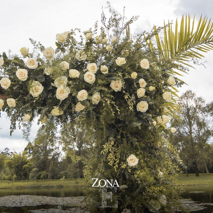 En #ZonaE queremos que ese momento lo recuerdes siempre. Decoración: #ZonaELlanogrande, con el apoyo de @amadmesa_/ y @glambyadrianamontoya - Foto @ira.photostudio Contáctanos al 3106158616 / 3206750352 / 3106159806 y reserva desde ya, atendemos todos los días de la semana y fines de semana incluido festivos. www.zonae.com #CasaBali #ZonaELlangrande #bodasmedellin #Eventos