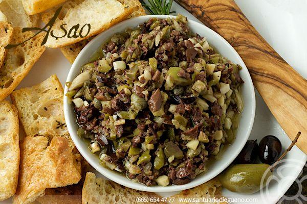 Cómo preparar #Tapenade: 1. Triturar aceitunas, alcaparras, anchoas y ajos.  2. Añadir aceite de oliva 3. Sazonar al gusto. #olives