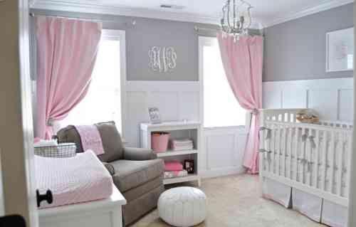 une chambre bébé fille avec rideaux en rose pâle et murs gris