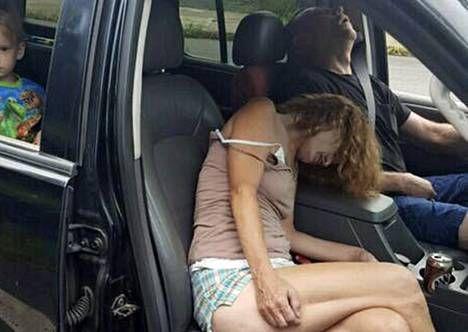 Ohion poliisi julkaisi viime syksynä Facebookissa varoittavana esimerkkinä valokuvan huumeiden käytön vuoksi autoonsa sammuneesta pariskunnasta, joilla oli kyydissään pikkulapsi.
