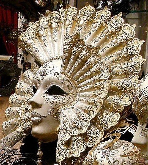 Siamo tanto abituati a mascherarci di fronte agli altri, che finiamo per mascherarci anche di fronte a noi stessi.... - Francois De Larochefoucauld —  We are so accustomed to mascherarci in front of others, that we also mascherarci in front of ourselves ....-Francois De Larochefoucauld