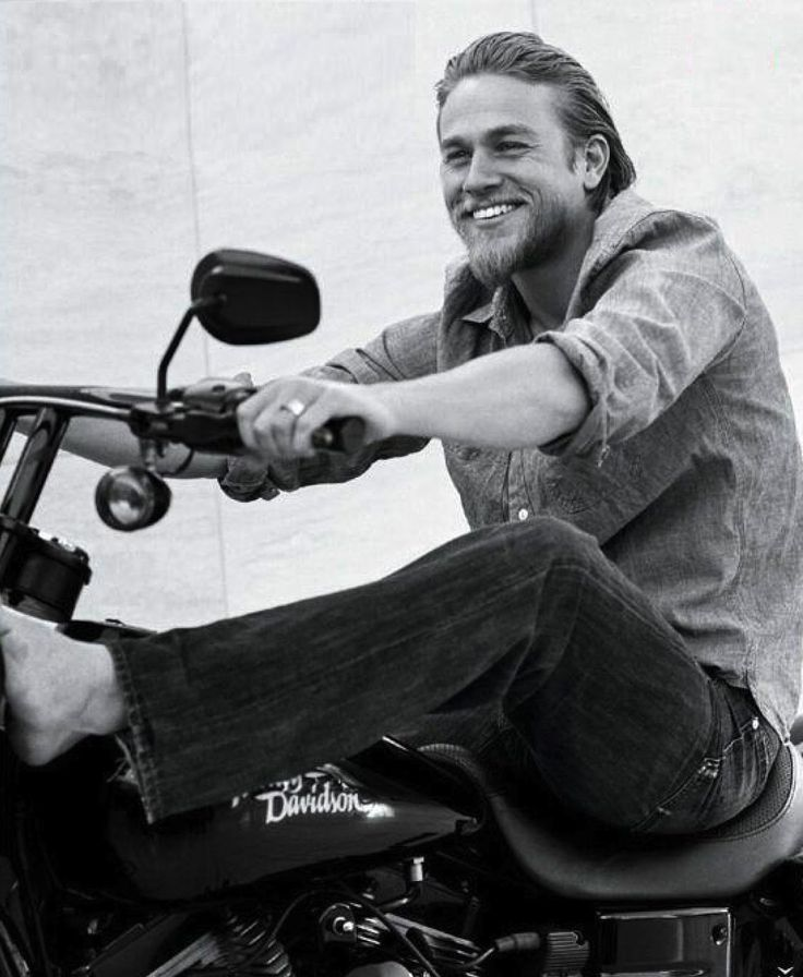 Charlie Hunnam reason why i want to watch sons of anarchy... sorry im not sorry..