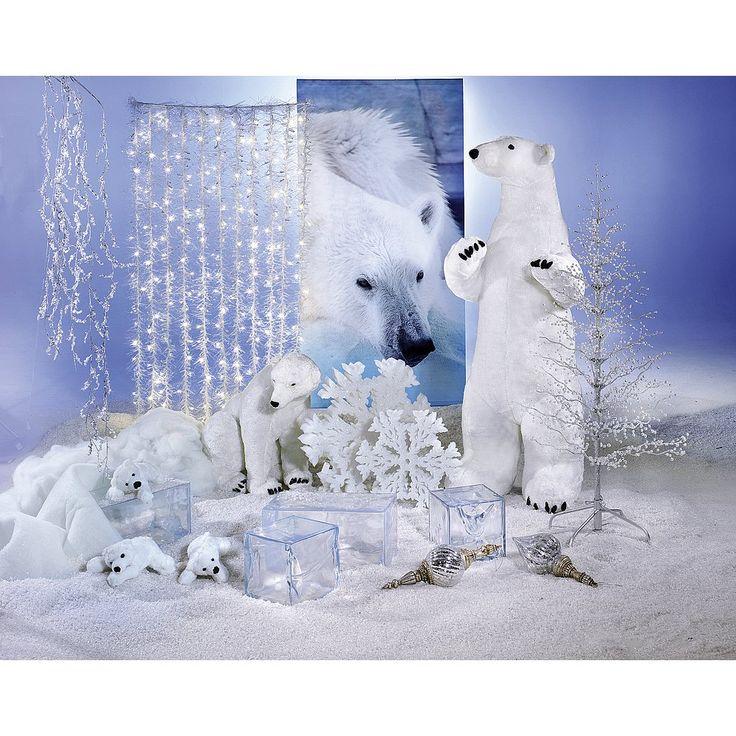Eisbären in verschiedenen Größen bringen Leben ins Schaufenster. Die winzig kleinen Eisbären aus Plüsch sind niedliche Begleiter der gigantischen XXL-Deko-Eisbären. Eisblöcke und Schneeflocken sind klassische Accessoires.