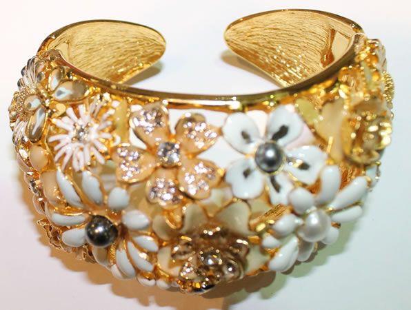 Bracciale apribile a molla, con base in peltro placcato oro 14 kt., smalti policromi e cristalli swarovski, firmato Kenneth Lane.