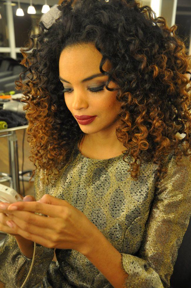 Para o blush, os tons quentes ajudam a valorizar a pele negra. Escolha cores que se aproximem ao tom da pele, os avermelhados ou dourados.