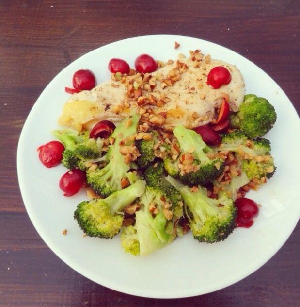 Brokkoli mit Hähnchenbrustfilet in Mandelsoße Dieses Gericht ist ideal für Dich geeignet, wenn Du abnehmen willst und lässt sich auch innerhalb von 10 Minuten zubereiten. Hähnchenbrustfilet in einer Pfanne anbraten und Brokkoli für 2 Min in kochenendes Wasser geben. Währenddessen Mandeln klein raspeln und in eine Pfanne mit Butter oder Olivenöl geben. Schließlich den Brokkoli dazu geben und kurz anbraten lassen. Zum Hähnchen servieren und mit Kirschen garanieren. Mehr Rezepte auf…