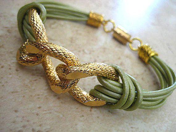 Pulsera de cuero y cadena dorada
