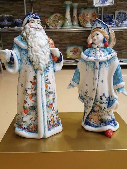 Купить или заказать Дед Мороз и Снегурочка в интернет-магазине на Ярмарке Мастеров. Керамика,ручная работа и роспись. Высота 32см…
