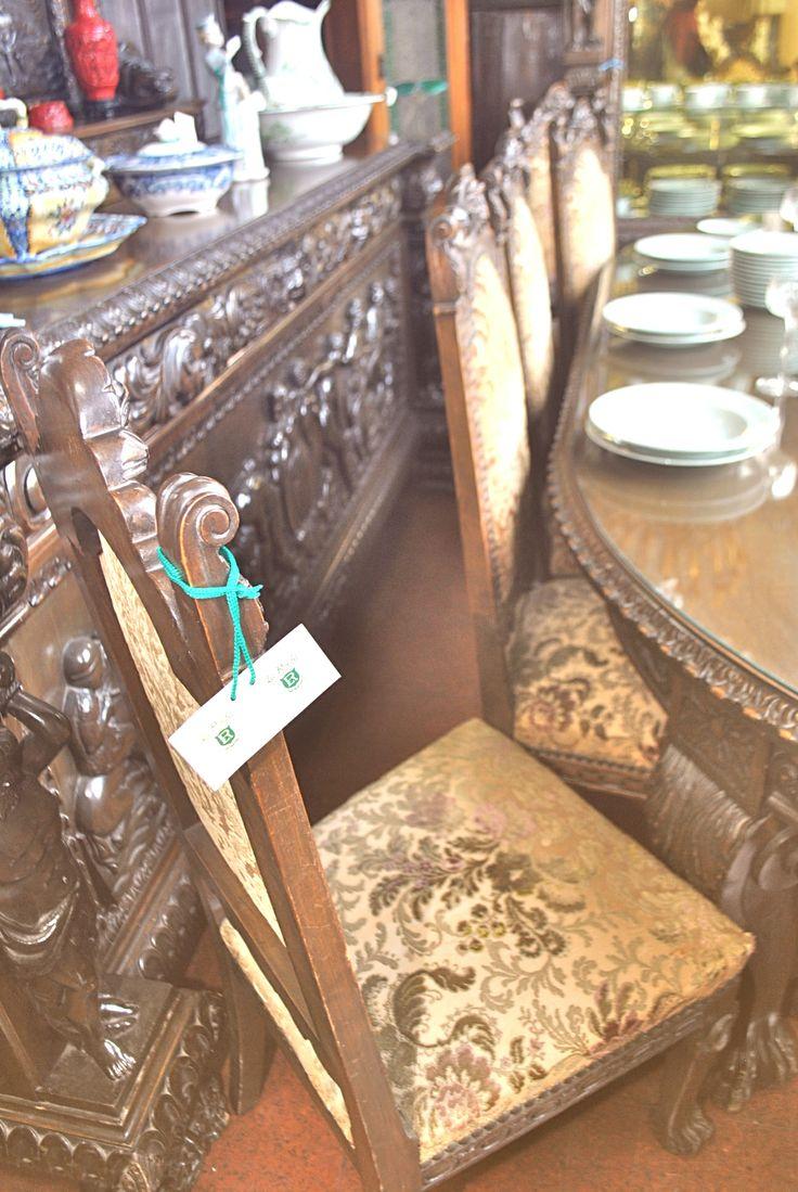 Juegos de sillas y comedor para ambientes espaciosos y/o para locales comerciales. Nos las imaginamos en restaurantes vintage... www.larueda.com