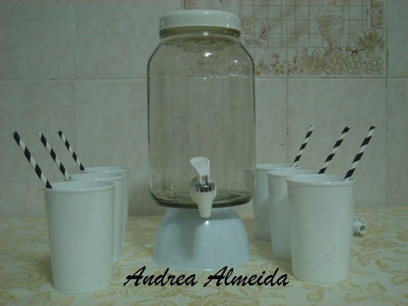 Kit Suqueira capacidade 3 litros com base de Plastico,na cor branca+4 copo dePlastico na cor branca de 400ml + 4 canudos Vintage na cor branco e preto. R$ 40,00