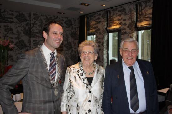 Echtpaar de Jong & de Jong-Bomhof 60 jaar getrouwd http://harderwijk.allesvan.nl/nieuws/detail/id/175540/Echtpaar_de_Jong_%26_de_Jong-Bomhof_60_jaar_getrouwd
