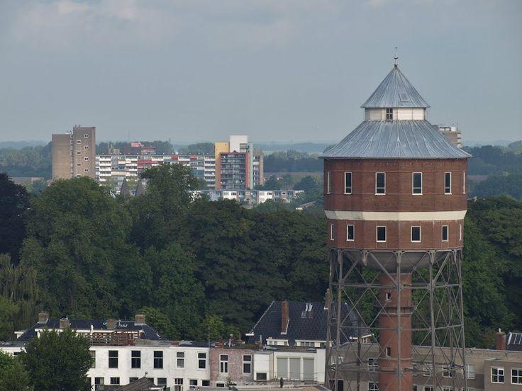 """Uitzicht vanaf de toren van de Nieuwe Kerk in Groningen. Ongeveer in het midden van de foto de """"Berberistoren"""" aan de Berkenlaan in Selwerd ..."""