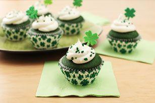 Petits gâteaux de la Saint-Patrick------------------------------------Les petits gâteaux verts garnis d'un glaçage blanc moelleux sont la meilleure façon de goûter un peu à l'Irlande à la Saint-Patrick.