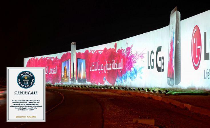 """La marque LG et le réseau JCDecaux viennent de créeren Arabie Saoudite,le plus grand billboard du monde. Aux abords de l'Aéroport International du Roi Khaled (King Khalid International Airport), une immense structure publicitairevient de voir le jour : un affichage extérieur exceptionnel de part ses dimensions sans précédent. Non loin de la démesure du Qatar, du Bahrain, d'Abu Dhabi ou de Dubai, c'est bien à Riyad, capitale del'Arabie Saoudite,que ce nouveau record """"de taille"""" a été ..."""