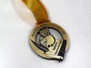 Podaruj swojej wychowawczyni pamiątkowy medal! Wyjątkowy medal wykonany jest z laminatu grawerskiego w złotym kolorze.