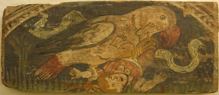 • TAVOLA V                          cm 43,5 x 18 x 3                            SINDBĀD  E IL ROC Il supporto è in discrete condizioni, la pellicola pittorica è abbastanza solida ma presenta alcune lacune.  Figura maschile umana, scalza e con colletto a tre lobi, calzoni al ginocchio e giubba rossi, che viene afferrata con la zampa da un grosso pappagallo bianco, su un prato. Due palme a sinistra e a destra dell'immagine, un cartiglio in parte coperto da pseudoscrittura che passa dietro le…