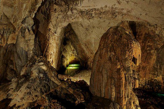 19 terrains de football en sous-solLes flashes du photographe illuminent la rivière Gebihe (Getu He), dont les eaux aux reflets verts coulent dans la salle des Miao, deuxième plus vaste grotte du monde par sa superficie.