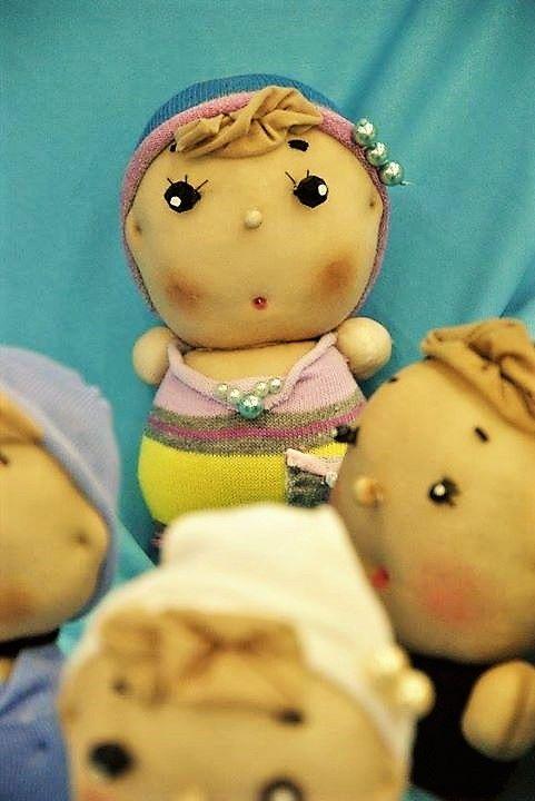 Bambolina Cipollina Angi, realizzata con calza, perline.