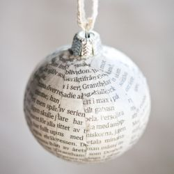 Do you have old and boring christmas baubles lying around? Cover with newspaper strips and give them a whole new look! In English & Swedish