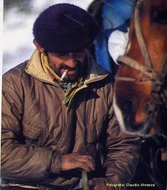 Con su infaltables, boina, bombachas y pañuelo al cuello; el Gaucho es el personaje típico de la Patagonia,