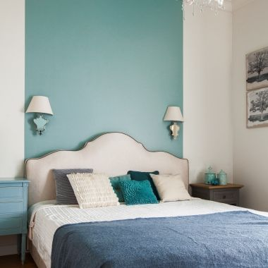 окрашенная стена над кроватью+распложение бра