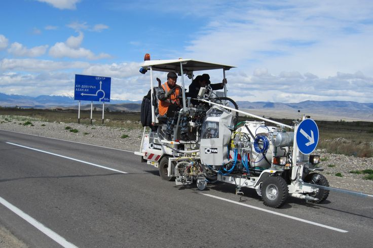 HOFMANN H18-1 roadmarking machine with 2-component cold plastics in an Airless method with pump (AMAKOS®), with pressurised container (460 l), M98:2 in Siberia www.hofmannmarking.de
