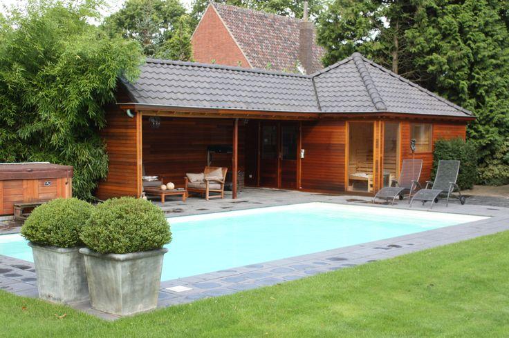 mooi zwembad in de tuin met folie in de kleur wit.