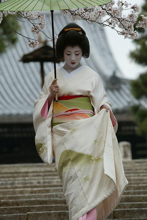 Geiko Ichisayo in April - sakura petals and mountain patterns by WATASAN on Flickr