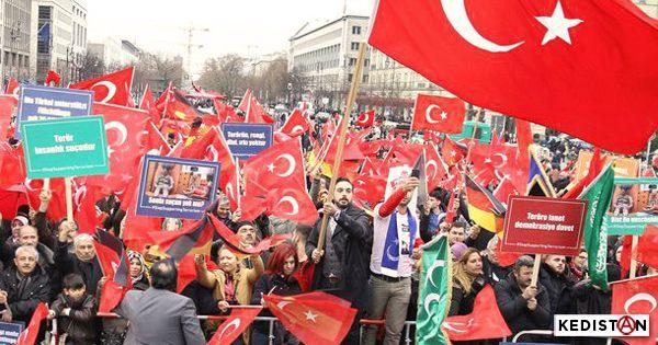 """Les pro-Erdoğan ont manifesté hier après-midi, place de la République, à Paris, contre le """"terrorisme"""" ... La place était remplie de drapeaux turcs."""