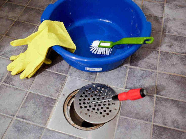 Kylpyhuoneen siivoukseen kuuluu myös lattiakaivon ja käsienpesualtaan hajulukon puhdistus.
