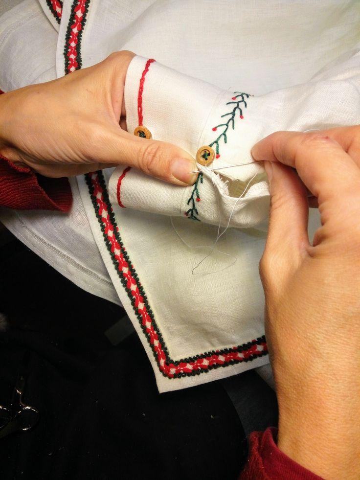 Detalle camisa Papá Noel. Inspiración nórdica #confección #sewing #costumes #navidad