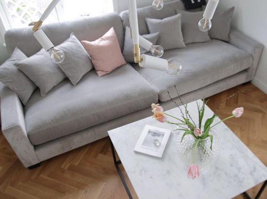 Grå Valen XL sammetssoffa. Sammet, soffa, djup, låg, rymlig, dun, möbler, möbel, inredning, vardagsrum.