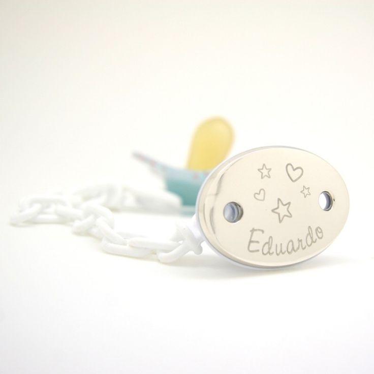Sujeta chupete grabado con el nombre del bebé, ideal para regalar. Grabado en la placa de plata de ley 925. Junto con el nombre se graba el dibujo de una niña, de un niño o estrellitas y corazones (a elegir).