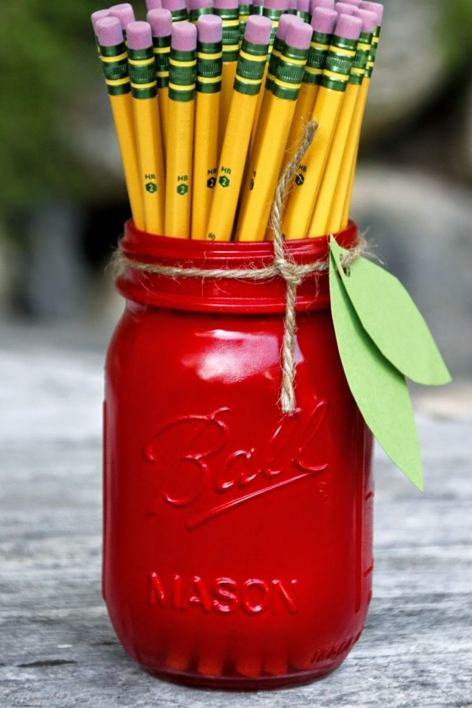 Teachers will love this apple mason jar pencil holder craft from Tilly's Nest on the first day of school. Full step-by-step tutorial.