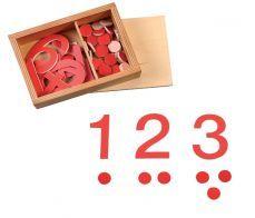 """Cyfry i czerwone żetony to jedna z podstawowych pomocy matematycznych Montessori. Prosty materiał, który umożliwia dzieciom aktywne przeliczanie w zakresie od 1 do 10. Najważniejszą zaletą materiału jest budowanie """"obrazów liczbowych"""". Poczytaj więcej i pobież konspekt pracy z tym materiałem."""