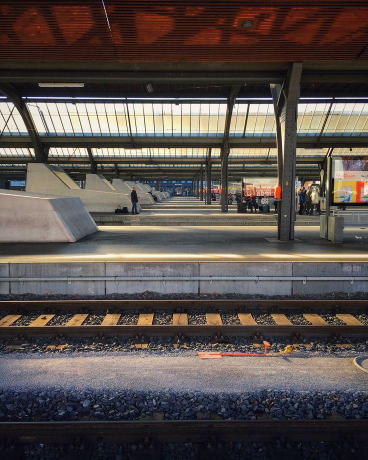 Durchblick. Hauptbahnhof Zürich. Foto by Jan Graber, 2017. #trainstation #architecture #zurich #empty #photography #perspective #graber