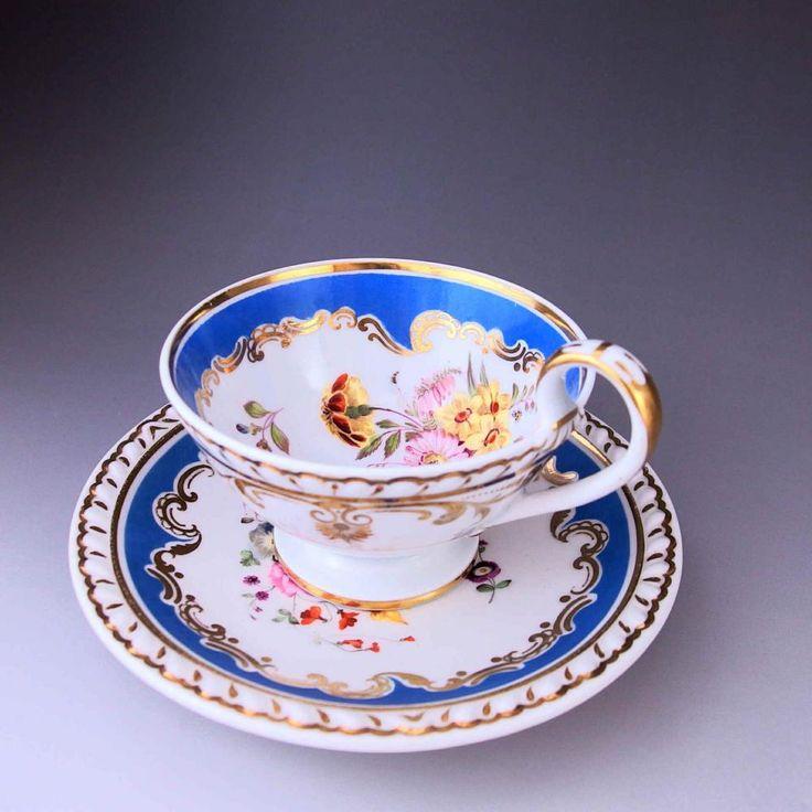 まるで雪の中に咲く花を想像させられるこんな作品をご覧ください。200年前に作られた職人さんの魂がこもった美しくも迫力のあるリッジウェイのカップ&ソーサーです。      #英国アンティークス #アンティークカップ #リッジウェイ