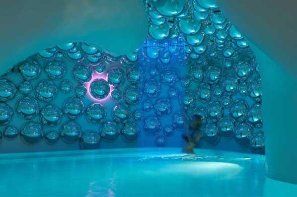 L'architecte italien Simone Micheli a achevé la conception du centre Atomic spa à l'Hôtel Exedra Milan pour Boscolo Hotels à Milan, Italie.  « Après plusieurs réunions avec Angelo Boscolo, il m'a demandé une fois de plus de créer une œuvre capable de toucher les émotions en impliquant les personnes, de stimuler l'esprit et les perceptions du corps, c'est comme ça que l'idée de Milan Exedra venu.