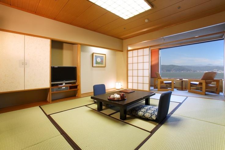 和室10畳のお部屋。ホテル紅やのスタンダードな広さのお部屋です。フロアによって眺めが異なる為、ご予算に合わせてお部屋タイプをお選び頂けます。