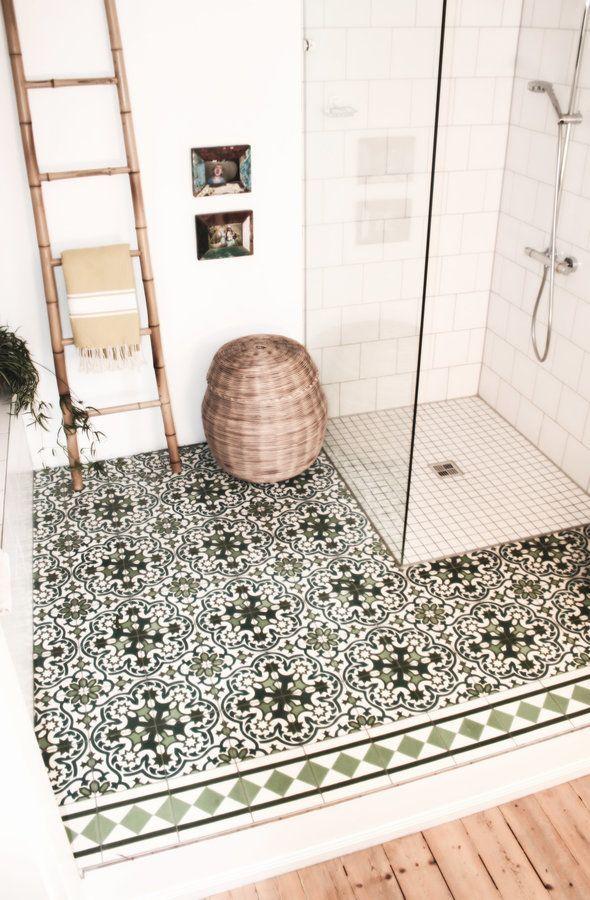 """....so viel Fliesen wie überall sonst verwendet., braucht kein Mensch.... Das Bad war früher ein """"eisenbahnzimmer"""" dort stand eine riesige elektrische Eisenbahn.....und wir waren vielleicht happy, dass auch hier wieder wunderbare Dielen unter all dem Teppich und Lenoleum hervorkamen...."""