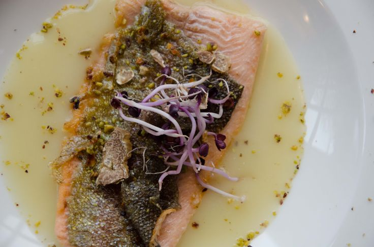 Trota salmonata con crema di patate in crosta di pistacchio con tartufo - Trout with cream of potatoes, pistachio and truffle #antinoos #lounge #restaurant #hotelcenturionpalace #venice
